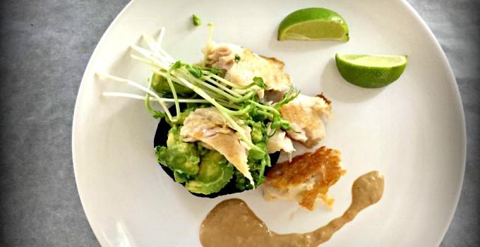 Grilovaná ryba s tahini omáčkou a portobello s avokádovým salátkem