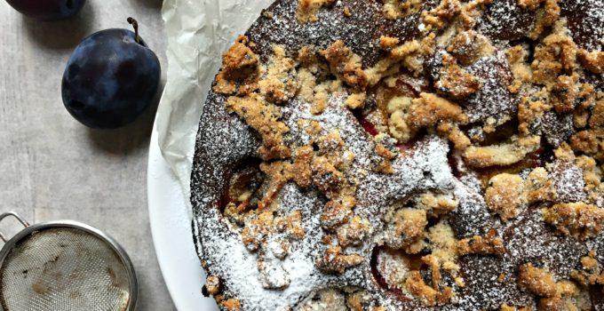 Bezlepkový švestkový koláč s mákem a čokoládovou drobenkou